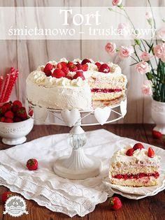 Pyszny tort śmietanowo - truskawkowy