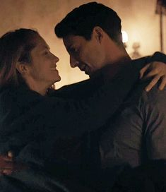 Matthew and Diana - A Discovery of Witches A Discovery Of Witches, Witch Tv Series, Witch Gif, Hug Images, Mathew Goode, Vampire Stories, Cute Couples Kissing, Under The Shadow, All Souls