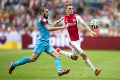 Ajax heeft zondagmiddag de eerste competitiewedstrijd met 4-1 van Vitesse gewonnen. De uitslag was ietwat geflatteerd, aangezien de Arnhemmers veel kansen kregen.