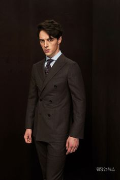 드레스 선택이 끝났다면 잘 어울릴 만한 예복을 고를 차례. 수많은 브랜드 중 어느 곳을 택해야 할지 모르겠다면 이 기사를 주목하자. 예복 잘하기로 소문난 집들을 한데 모았다. 명수들이 옷을 짓는 예복의 명가. Double Breasted Suit, Suit Jacket, Mens Fashion, Suits, Face, Jackets, Moda Masculina, Down Jackets, Man Fashion