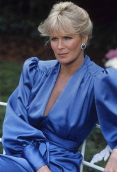 """- Linda Evans from """"Dynasty"""" - A decade of big hair and big shoulder pads. Linda Evans Dynasty, Dynasty Tv Show, Der Denver Clan, Joan Collins, New Wife, Actrices Hollywood, Sexy Older Women, Sexy Women, Star Wars"""