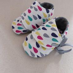 Chaussons 3/6 mois coton blanc avec gouttes multicolores et jersey gris Fée Home, e-shop A Little Market