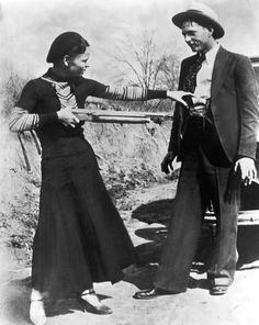 Bonnie and Clyde føler den med deres våben.