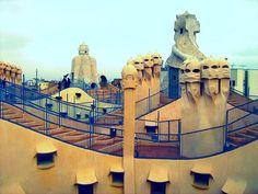 Gaudí entendía la arquitectura como un arte total, y ello se evidencia en la atención puesta en cada uno de los elementos que componen su obra, desde las barandillas de los balcones hasta los tiradores de las puertas. También tenía un gran interés por la naturaleza y la geometría, y aprovechó todas las innovaciones técnicas del momento.
