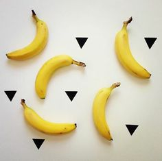 La banana contiene una discreta quantità di carboidrati, è ricca di fibre, vitamina C e potassio. Da sottolineare che non contiene grassi, colesterolo e sodio che sappiamo risultano essere sostanze nocive per il nostro organismo. Altre vitamine che troviamo nella banana sono la vitamina A, B1, B2, PP e oltre al potassio contiene calcio, fosforo e ferro. Molto importante la presenza di potassio, indispensabile per il funzionamento del sistema cardiovascolare, a cui apporta parecchi benefici.