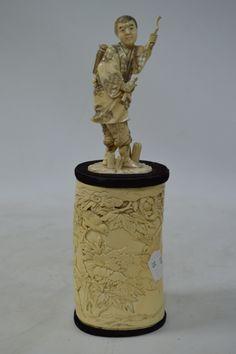 Pot couvert en ivoire surmonté d'un Okimono, personnage marchant Hauteur ensemble 30 cm, Okimono 14 cm Fin époque Meiji. Meiji, Art Nouveau, Art Asiatique, Art En Ligne, Objet D'art, Ivoire, Oeuvre D'art, Europe, Vase