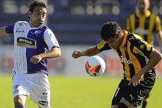 Martín Ligüera y Luis Aguiar se disputan la posesión del balón.