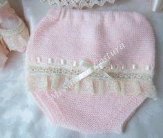 Para una ceremonia o un día especial o simplemente porque queremos que nuestr@ bebé sea la reina o el rey de la fiesta... Este conjunto... Baby Knitting, Crochet Baby, Knitting Patterns, Crochet Patterns, Doll Clothes, Winter Hats, Dolls, Kids, Fashion