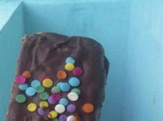 Receita de Bolo de chocolate no palito - bolo,e levei para o freezer por 10 minutos. Depois peguei 500 g de chocolate ao leite e banhei os pirulitos.Joguei confeitos coloridos em formato...