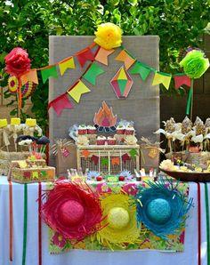 Visão geral mesa do bolo e doces - chapéus coloridos + caixinhas de palha