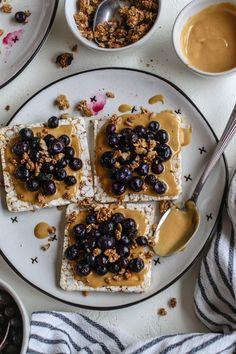 Rice cake toast in 2 minutes Peanut butter jammy blueberries and gluten-free granola on gluten-free rice cakes Perfect for an easy breakfast or snack Vegan Breakfast Flora Vino Peanut Butter Toast, Butter Rice, Vegan Snacks, Healthy Snacks, Vegan Recipes, Vegan Desserts, Gluten Free Granola, Light Snacks, Rice Cakes