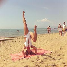 "31 Me gusta, 3 comentarios - Jahsmine Sara Indigo (@jazzmine.s) en Instagram: ""#headtop #handstand #headstand #invert #dance #beach #yoga #asana #flexy #balance #dancehall…"""