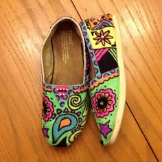 Fabric marker And rhinestone designed Toms. Sharpie Shoes, Fabric Markers, Painted Shoes, Sock Shoes, Toms, Arts And Crafts, My Style, Sneakers, Rhinestones