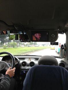 Vicente Fernández canta en el retrovisor del taxi. No estaría demás que el taxista ofreciera un guaro..