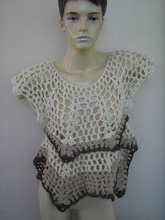 Blusa trabalhada em croche ,tons de bege e detalhes marrom .Assimetrica , adapta-se ao corpo . R$60,00