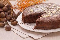 La torta di castagne e cioccolato è un morbido dolce autunnale adatto per la colazione o la merenda.