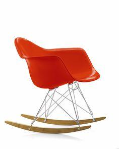 """Una sedia a dondolo dal design inconfondibile. Charles e Ray Eames presentarono i progetti del Plastic Chair Group al concorso """"Low Cost Furniture Design"""" del MoMA di New York nel 1950, quando vennero lanciate sul mercato le prime sedie in materiale sintetico prodotte su scala industriale."""