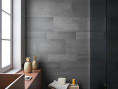 carrelage-gris-poutres-apparentes-petit-tabouret-en-bois