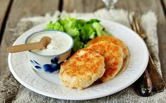 Thai chicken patties with avocado salsa Ingredients: Serves: 4 lean chicken mince canned sweet corn 2 tbsp Thai curry paste 1 egg white lightly beat Low Calorie Recipes, Meat Recipes, Wine Recipes, Snack Recipes, Recipies, Chicken Rissoles, Turkey Mince, Spinach Curry, Healthy Recipes
