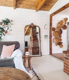 So erstellen Sie eine Korbwand - Farmhouse Living How to Create a Basket Wall — Farmhouse Living Korb Wandkunst. Home Decor Baskets, Baskets On Wall, Hanging Baskets, Decorative Wall Baskets, Boho Living Room, Living Room Decor, Dining Room, D House, Diy Home Decor Bedroom