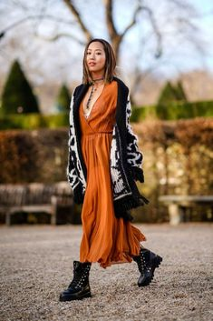 All our favourite street style moments at Haute Couture fashion week in Paris Hiking Boots Fashion, Hiking Boots Outfit, Hiking Shoes, Fall Dresses, Nice Dresses, Fall Outfits, Fall Fashion Trends, Autumn Fashion, Boho Stil