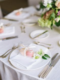 Macaroon place settings | Photography: Stephanie Brazzle