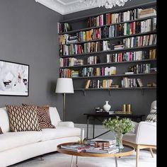 Så snyggt att måla den platsbyggda bokhyllan i samma kulör som väggen! bild @eklundstockholmnewyork #gråttärflott #nordsjoljungby #ljungbyhandel #bokhylla #grey #grått #livingroom #realestate #vardagsrum #inredningsinspiration #måla #paint #platsbyggdbokhylla #semester #embo #finkväll #hemnet #hemnetinspo