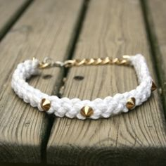 With some rope and spikes you will do a beautiful necklace.Steps in English and Spanish