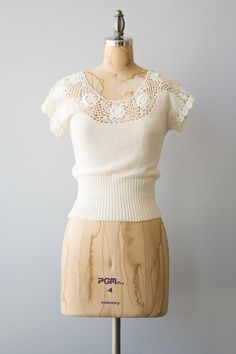 Vintage 1970s cream cotton crochet sweater top with a scoop neck and cap sleeves. ✂ ✂ ✂ M E A S U R E M E N T S ✂ ✂ ✂ fits like: extra small bust: 32 waist: 25 hip: n/a sleeve length: 4 length: 20 brand/maker: Collage condition: excellent to read about our condition standards and read our sizing guide: www.etsy.com/shop/GoldBanana/policy ✶ visit the shop ✶ http://www.etsy.com/shop/GoldBanana _____________________ ✶ instagram @shopgoldbanana ✶ ...
