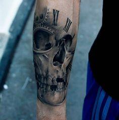 bello tatuaje de craneo en la mano