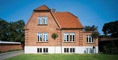 Murermestervilla med traditionelle vinduer på solskinsdag