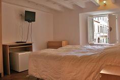 """Volete trascorrere una vacanza alla scoperta della città eterna?ROMA(LAZIO)! Nel centro storico, a pochi passi dall'arte piu' antica, piu' famosa, è situato l'appartamento """"Navona House"""" , al primo piano di un palazzo del 1700, composto da cucina, 2 bagni e 2 camere da letto. Perfetto per una famiglia o per un gruppo di amici.   info: info@appartamentivacanzeitalia.com"""