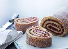 Super nem roulade at bage, og så smager den bare så godt. Rouladen rulles, mens den er varm, og du kan også fylde den med mosede friske bær eller abrikossyltetøj. Når du ruller den, kan dejen sprække, men det kan dækkes med lidt sukker