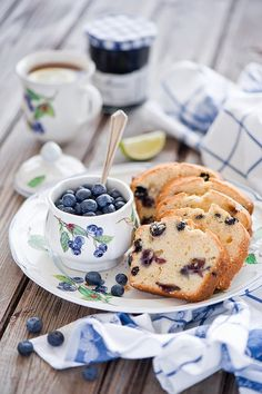 Blueberry bread and tea for breakfast Mousse Au Chocolat Torte, Café Chocolate, Chocolate Cookies, Blueberry Bread, Blueberry Breakfast, Breakfast Pancakes, Blueberry Delight, Blueberry Recipes, Breakfast Healthy