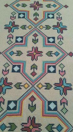 Really nice Cross-Stitch towel flower pattern. Cross Stitch Geometric, Cross Stitch Borders, Cross Stitch Kits, Cross Stitch Designs, Cross Stitching, Cross Stitch Patterns, Crewel Embroidery, Cross Stitch Embroidery, Embroidery Patterns