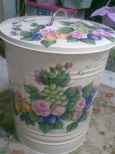Its not trash I hope though it is a trash bin. This is one of my unfinished projects that has been hanging on for years. Decoupage Vintage, Decoupage Paper, Vintage Crafts, Fabric Painting, Painting On Wood, Painted Trash Cans, Tole Painting Patterns, Arts And Crafts, Diy Crafts