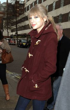 Taylor Swift Ponytail - Taylor Swift wore her hair in a casual low ponytail while out in London.