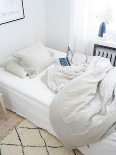 Beni Ouarain-matot tuovat ripauksen ylellisyyttä rouheisiin, yksinkertaisiin, vaaleisiin skandinaavisiin koteihin. Ne ovat linjakkaita ja graafisia, mutta myös eksoottisia ja laadukkaita, tervehdys Atlasvuoristosta. Tässä Sukhin paimentolaismatto @lillisofia bloggaajan makuuhuoneessa. #bedroom #beniouarain #makuuhuone #Sukhi