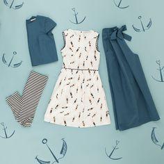 Il blu del mare e tutte le sue sfumature. Abito, pantaloni, top e t-shirt a righe disponibili su www.lazzarionline.com e nei nostri negozi.
