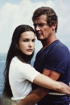 For Your Eyes Only Roger Moore (James Bond) 54 and Carole Bouquet (Melina Havelock) was 24 years old. The upside is that for once, the Bond girl actually got a normal name. Roger Moore, Ursula Andress, Charlotte Gainsbourg, Helmut Berger, Estilo James Bond, Best Bond Girls, James Bond Women, Service Secret, Bond Series