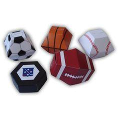 IMPORTANTE: Riceverai un pdf stampabile digitale modello e istruzioni di montaggio; non riceverai una scatola completamente assemblata, fisica.  Dimensioni della sfera di calcio Apertura casella: 1,5 x 1,5 pollici (3,8 x 3,8 cm) Punto più largo: 3 x 3 pollici (7,6 x 7,6 centimetri) Altezza: 2,75 pollici (7 cm)  Avrete bisogno di: -stampante o professionale (ad esempio FedEx Office) -forbici -coltello artigianale -righello -strumento di Punteggio -mestiere colla (qualsiasi basic stile scuola…