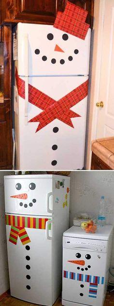 Frigo déguisé en bonhomme de neige avec écharpe rouge
