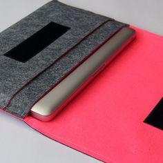 色の違う2色の最高級ウールフェルトを使用し、仕上げたパソコンケースです。 外側のグレーカラーと内側のビビットな色の対比をお楽しみください。 とってもハンサムで機能的なパソコンケースはあなたのMacbookや同サイズのパソコンを入れるのにとっても便利!サイドのポケットにはお財布や携帯も収納できるので、クラッチ感覚でおしゃれにそのままお持ち歩きが可能です。 サイズMacbook Pro 13インチ、Macbook Pro 15インチ