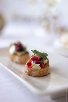 Brie and Pomegranate Crostini - 18 Welcoming Thanksgiving Appetizers that Will A. - Elaine Brie and Pomegranate Crostini - 18 Welcoming Thanksgiving Appetizers that Will A. Thanksgiving Appetizers, Christmas Appetizers, Thanksgiving Recipes, Holiday Recipes, Thanksgiving 2016, Christmas Brunch, Christmas Recipes, Christmas Decor, Mojito