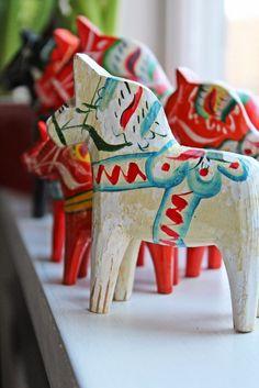 Anna och en röd stol: Jag får omge mig med dalahästar...