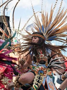 Aztec dance celebrating and appreciating aztec Culture by dance Mexican Gods, Mexican Art, We Are The World, People Of The World, Aztec Costume, Aztec Warrior, Mexico Culture, Aztec Art, Mesoamerican
