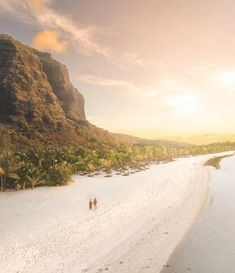 Paradise looking beaches with azure blue waters are found at Mauritius. But there are so many more things to do on Mauritius. Hiking, tasting great food, exploring waterfalls and many more. Mauritius Travel, Mauritius Island, Fiji Islands, Cook Islands, Mauritius Honeymoon, Africa Travel, Resort Spa, Travel Inspiration, Traveling By Yourself