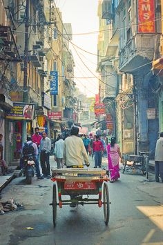 Man Pulling Cart in the Streets of Amritsar India | photography by http://www.fionacaroline.com/