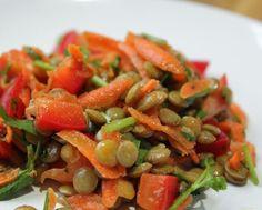 salada de lentilhas: pimento, cebola, cenoura, alface, lentilhas e azeitonas. sal e azeite. Tudo picado pequenino.