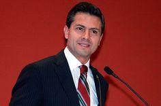 """24/abril/2012 Día 26 - Enrique Peña Nieto encabezó un mitin en la Explanada de la Ciudad Deportiva de Tijuana, más tarde,  regresó al D.F. donde participó en el foro """"Futuro para todos, acciones inmediatas para México"""". El candidato declaró que lamenta que el Sindicato Nacional de Trabajadores de la Educación (SNTE) no cumpla el acuerdo de evaluación y consideró que en este tema el gobierno federal tiene la última palabra."""